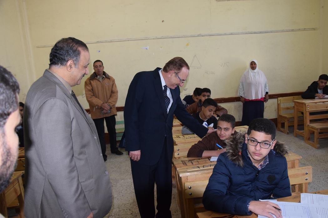 محافظ بنى سويف يتابع امتحانات الفصل الدراسى الأول للإعدادية   (7)