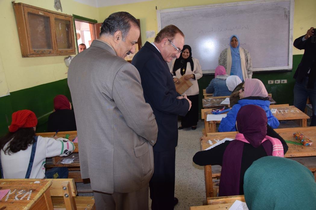 محافظ بنى سويف يتابع امتحانات الفصل الدراسى الأول للإعدادية   (3)