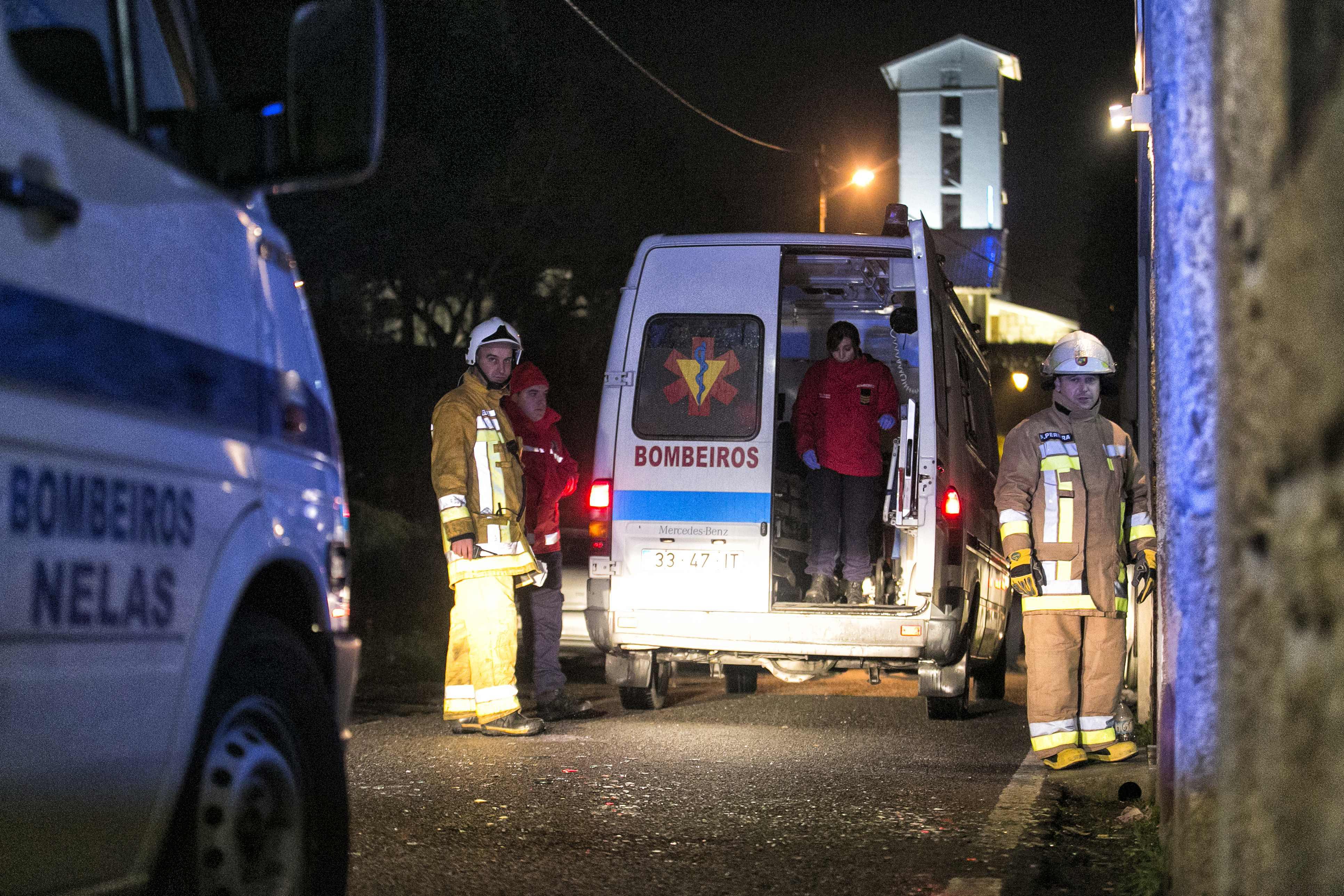 نقل المصابين فى حريق بالبرتغال