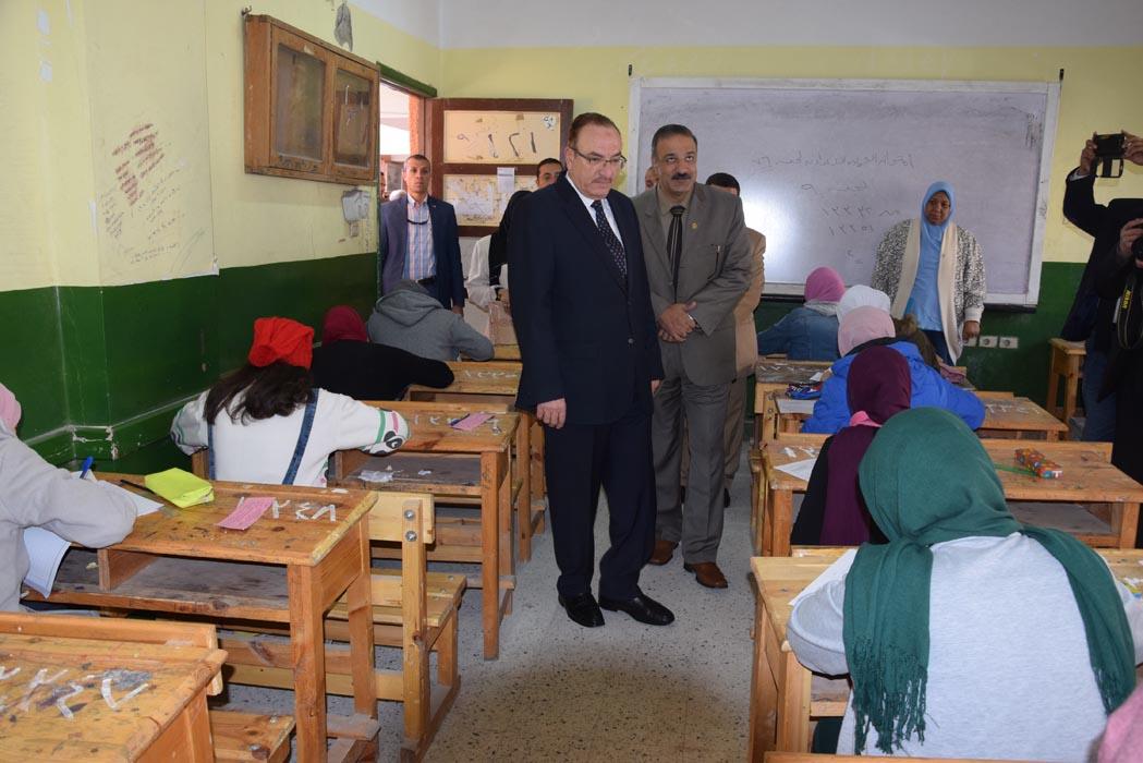 محافظ بنى سويف يتابع امتحانات الفصل الدراسى الأول للإعدادية   (2)