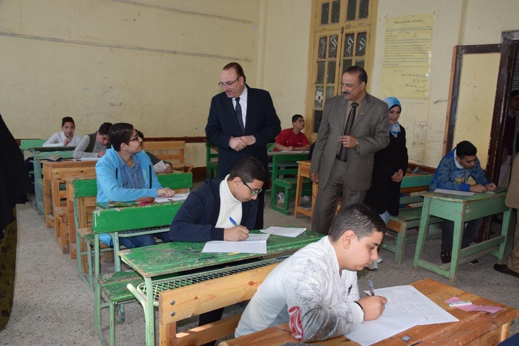 محافظ بنى سويف يتابع امتحانات الفصل الدراسى الأول للإعدادية   (9)