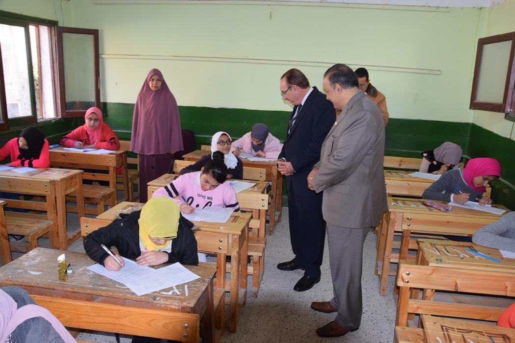 محافظ بنى سويف يتابع امتحانات الفصل الدراسى الأول للإعدادية   (1)