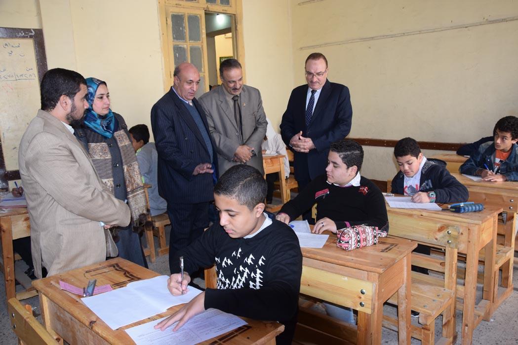 محافظ بنى سويف يتابع امتحانات الفصل الدراسى الأول للإعدادية   (6)