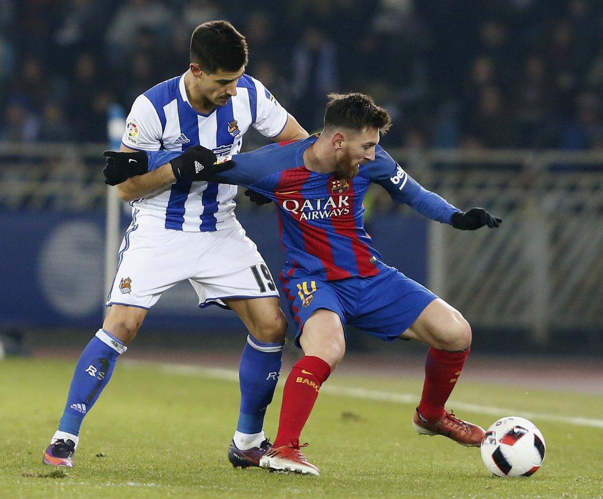 كرة مشتركة بين ميسى نجم برشلونة ولاعب سوسيداد
