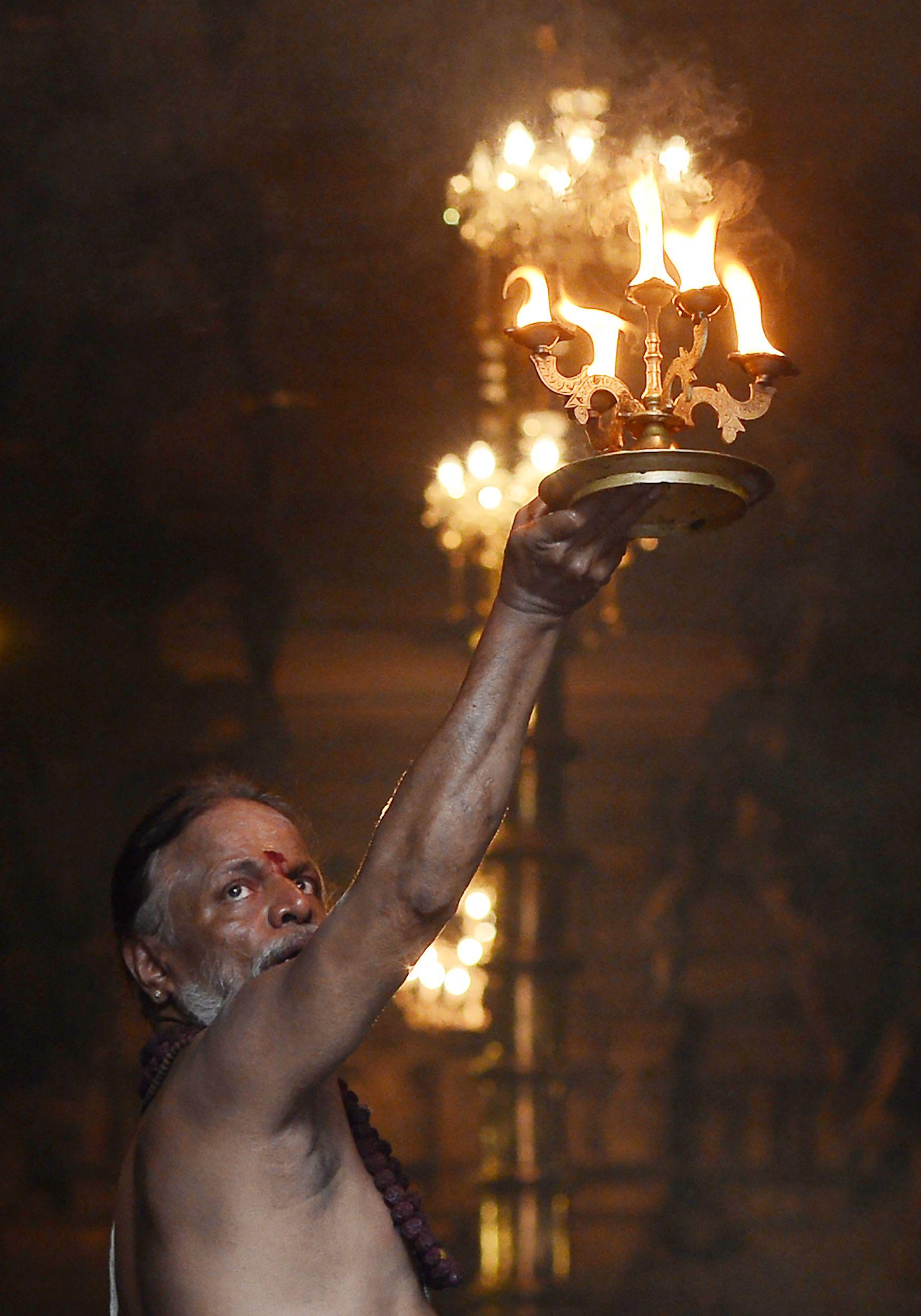 إضاءة المشاعل فى سريلانكا احتفالات بمهرجان البونجال