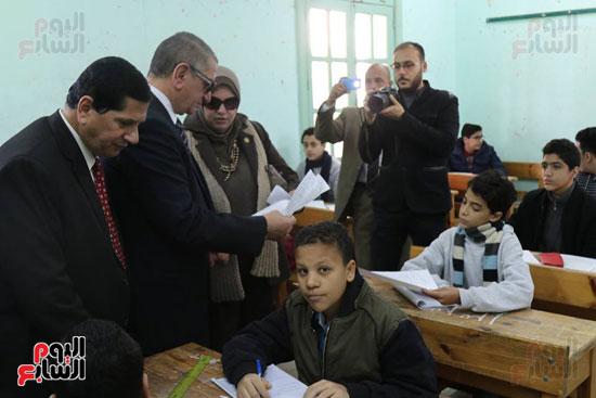 محافظ كفر الشيخ يتفقد لجان الشهادة الإعدادية