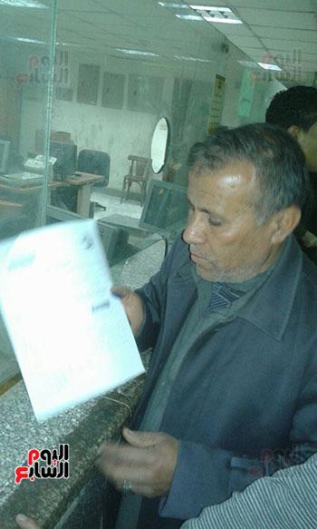أحد المواطنين أثناء عمل توكيل للسيسى