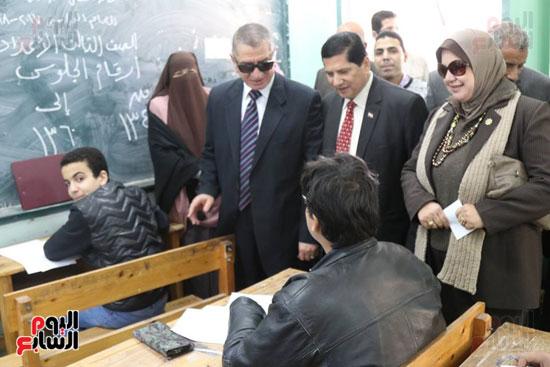 محافظ كفر الشيخ يتابع اللجان ويحاور الطلاب