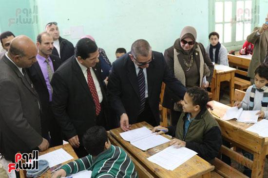 المحافظ يناقش الطلاب في مستوى الإمتحان