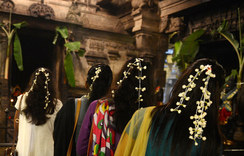 سيدات تتزين احتفالا بمهرجان البونجال فى سريلانكا