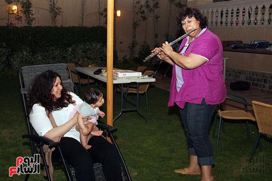 ايناس-عبد-الدايم-تلعب-على-الفلوت-لحفيدتها (13)