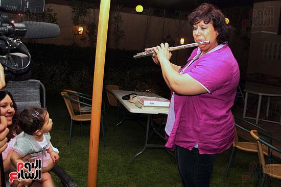 ايناس-عبد-الدايم-تلعب-على-الفلوت-لحفيدتها (9)