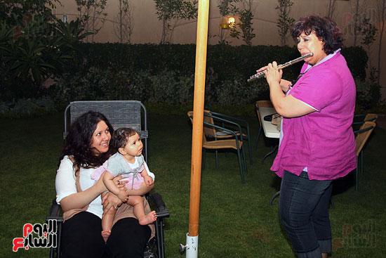 ايناس-عبد-الدايم-تلعب-على-الفلوت-لحفيدتها (10)