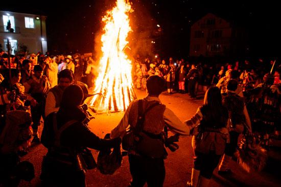 الرقص حول النيران فى المهرجان