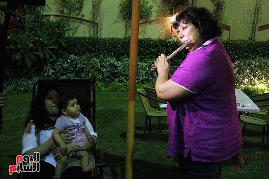 ايناس-عبد-الدايم-تلعب-على-الفلوت-لحفيدتها (11)