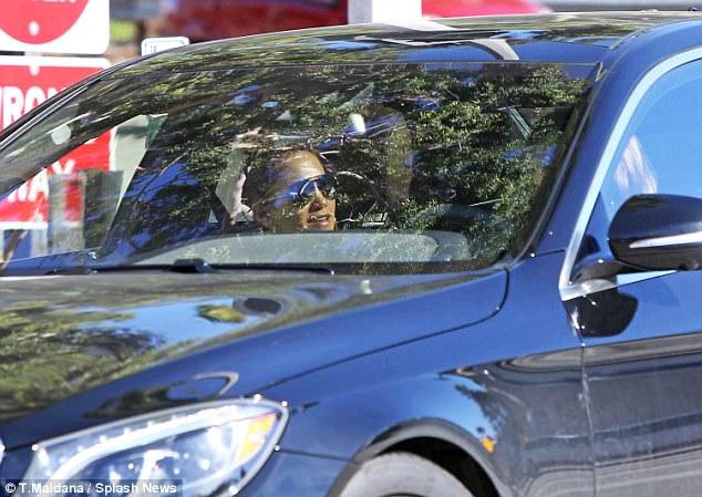 لوبيز تهتم ببشرتها في السيارة (2)