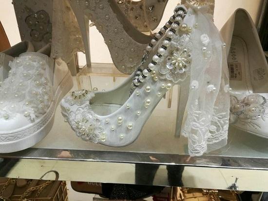 الأحذية المرصعة باللولى