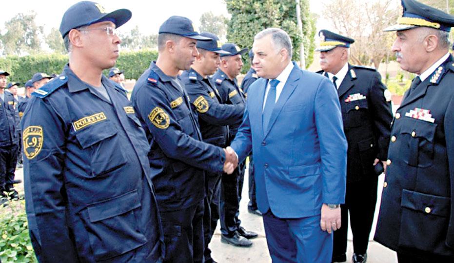 الداخلية---رئيس-أكاديمية-الشرطة-مع-المشرفين-على-تدريب-الكلاب-البوليسية