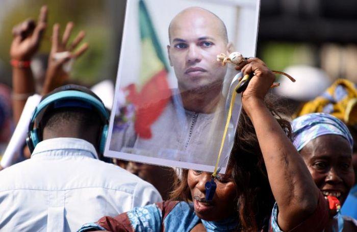 انصار كريم واد يرفعون صورته قبل الإفراج عنه