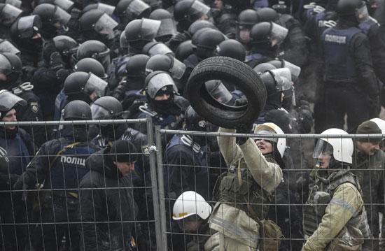 اشتباكات عنيفة بين أنصار رئيس جورجيا السابق والشرطة الأوكرانية