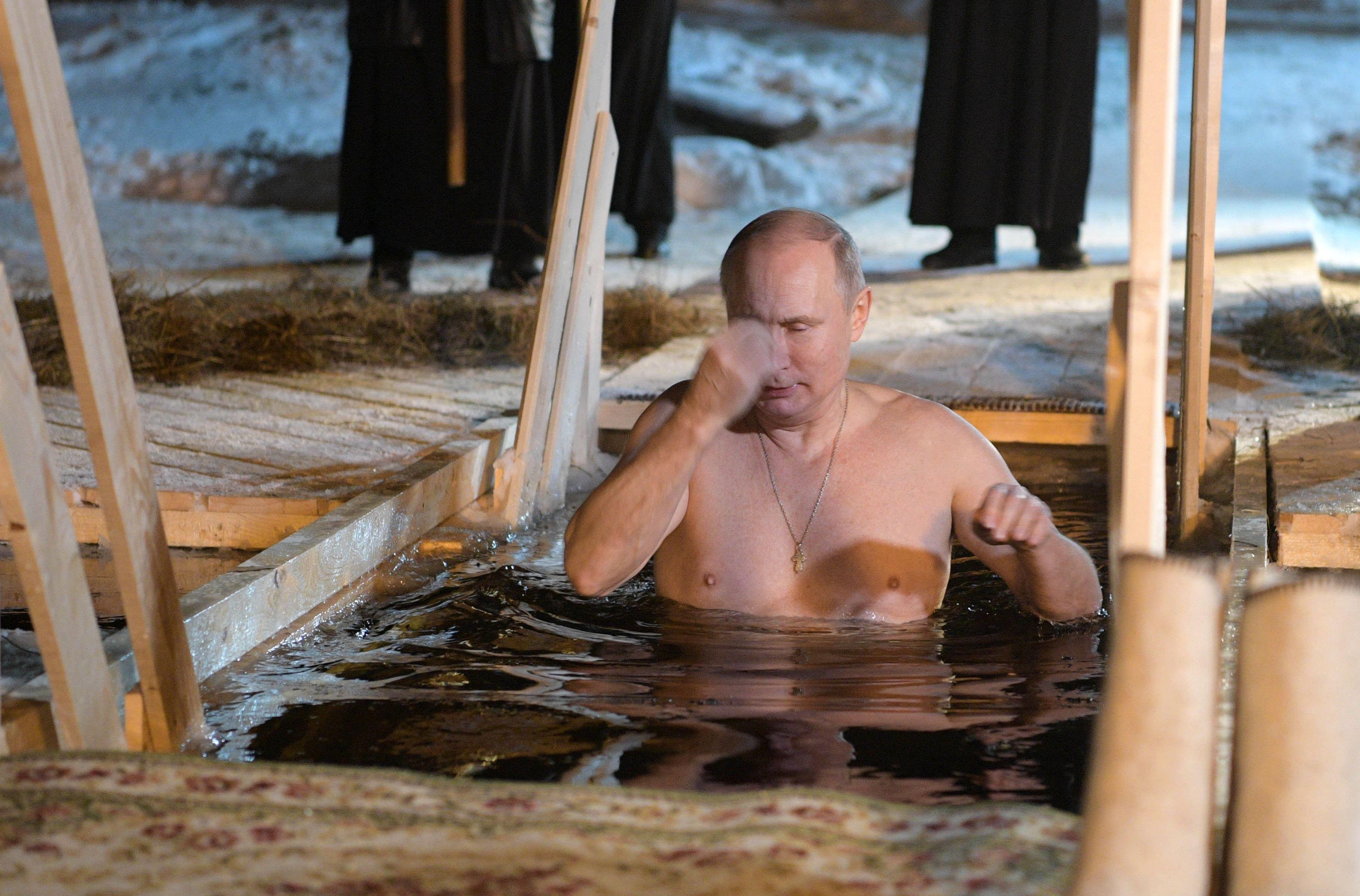 الرئيس الروسى يغطس فى بحيرة متجمدة