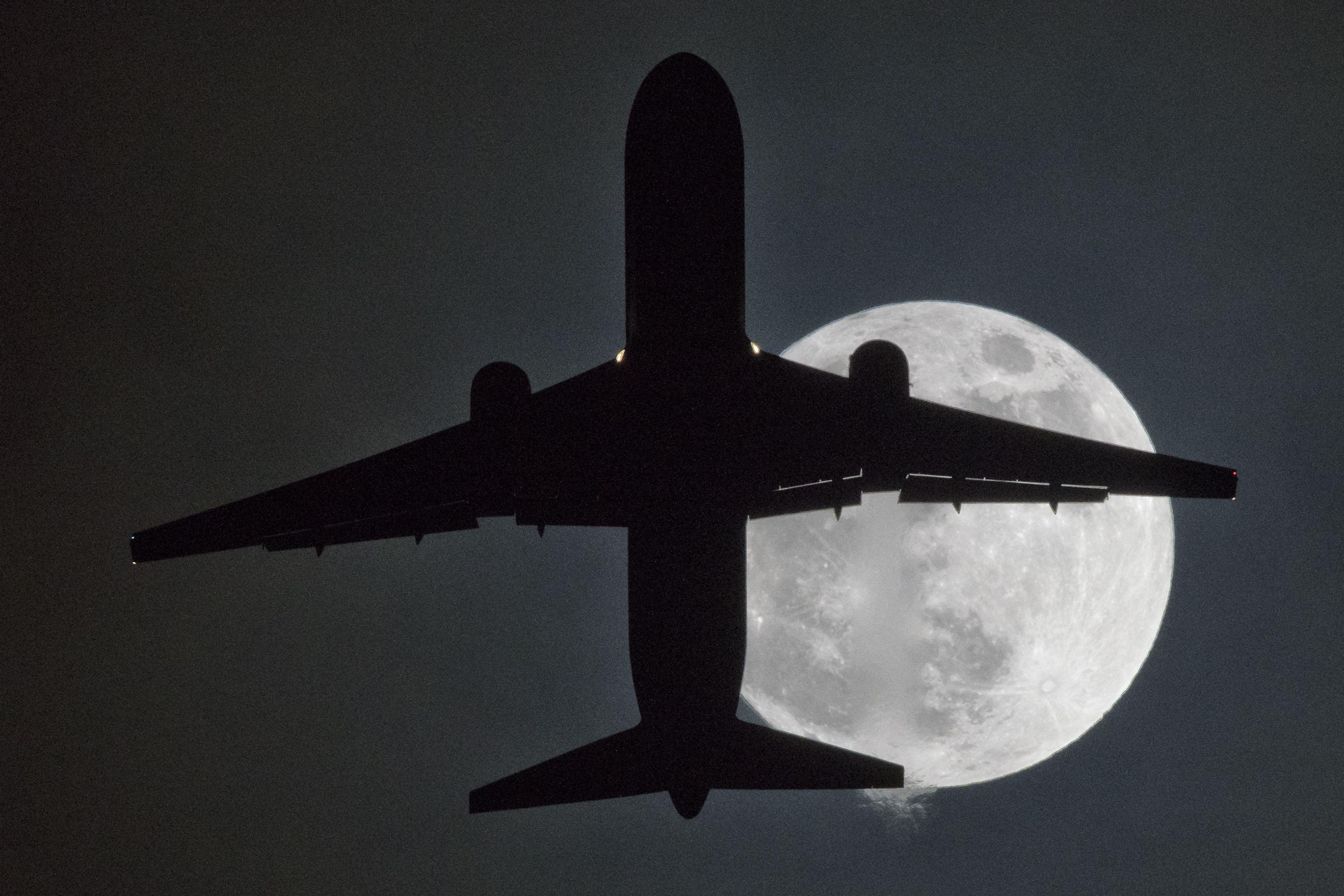 بريطانيا تشهد القمر العملاق
