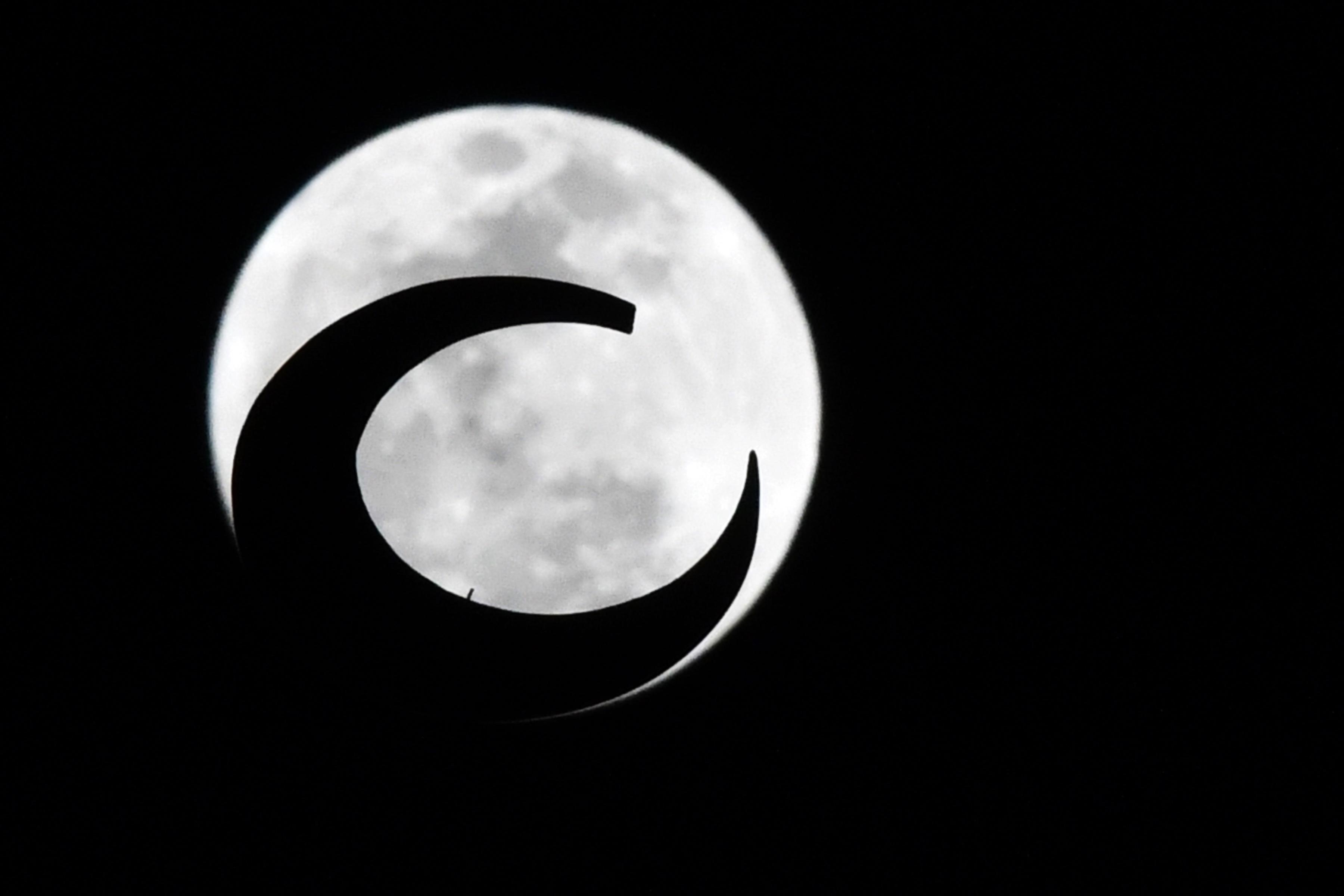 السوبر قمر من الامارات