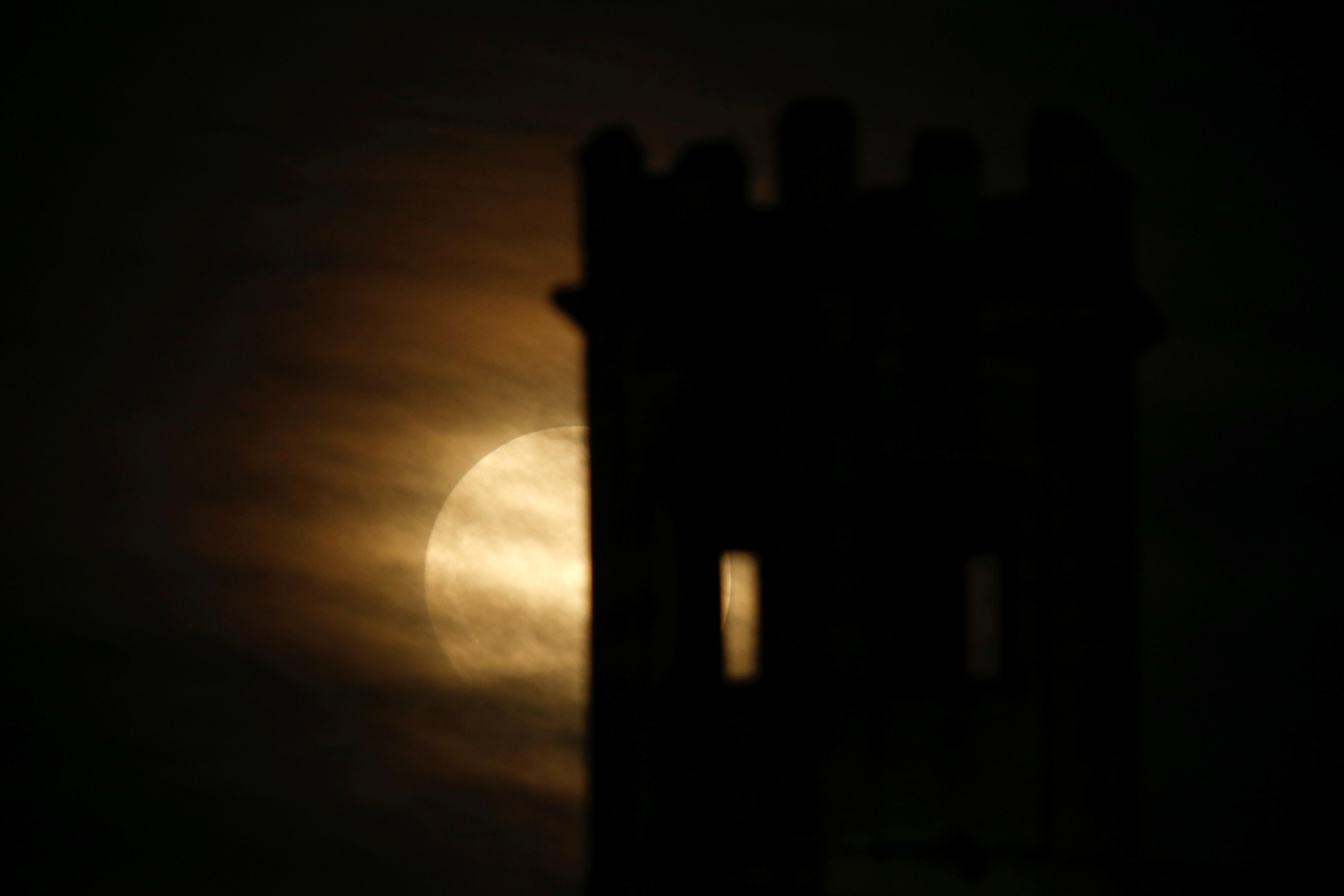 القمر العملاق ينير سماء مالطا