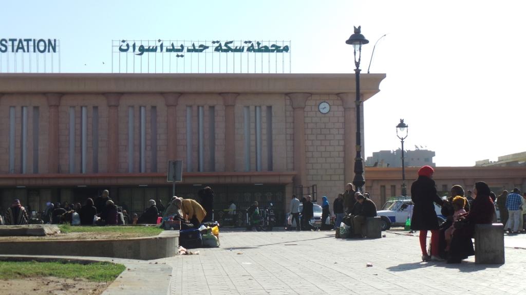 246788-تكدس-المسافرين-أمام-محطة-قطار-أسوان