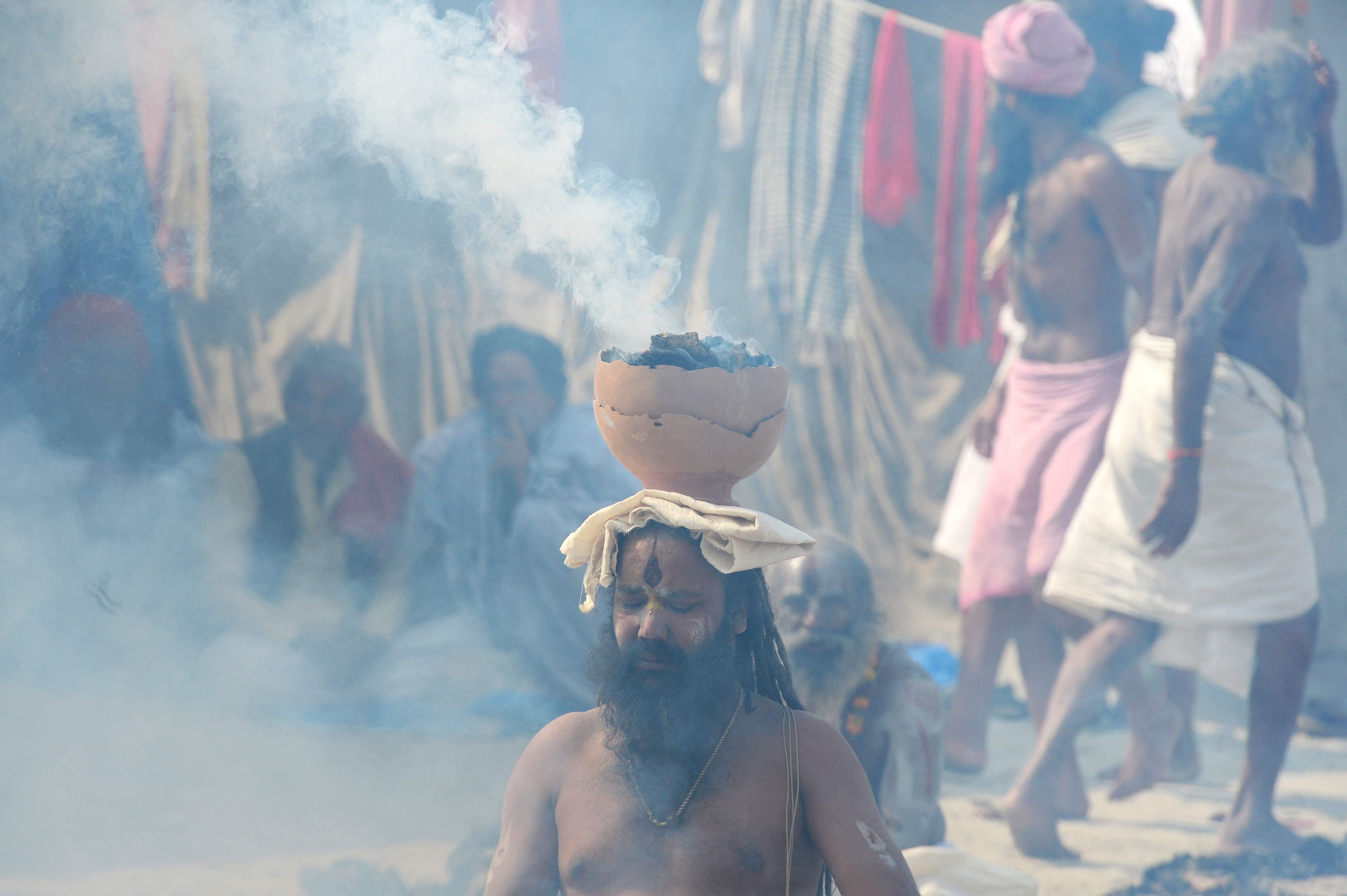 هندوس يشاركون فى مهرجان ماغ ميلا