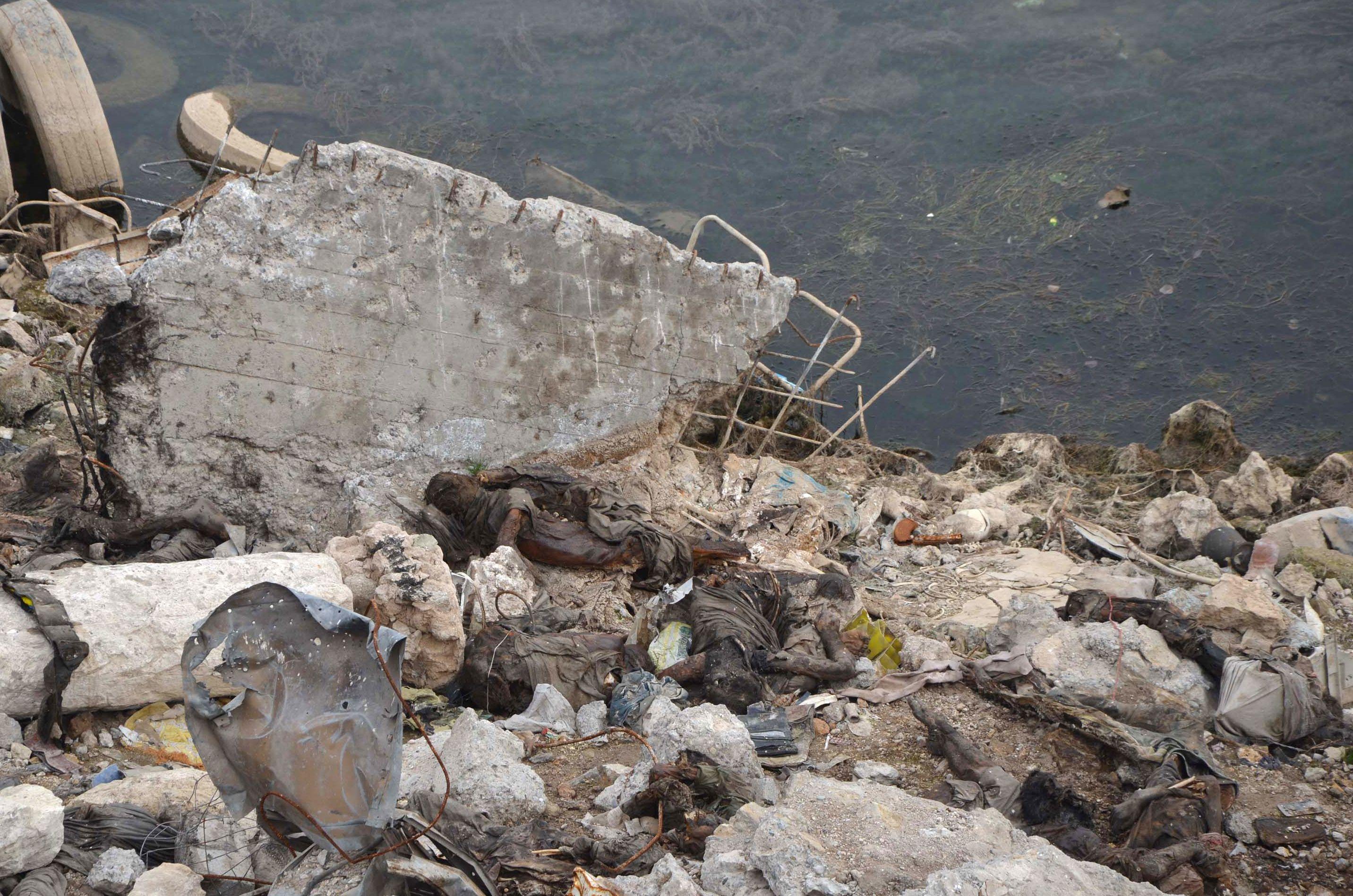 جثة بجوار النهر