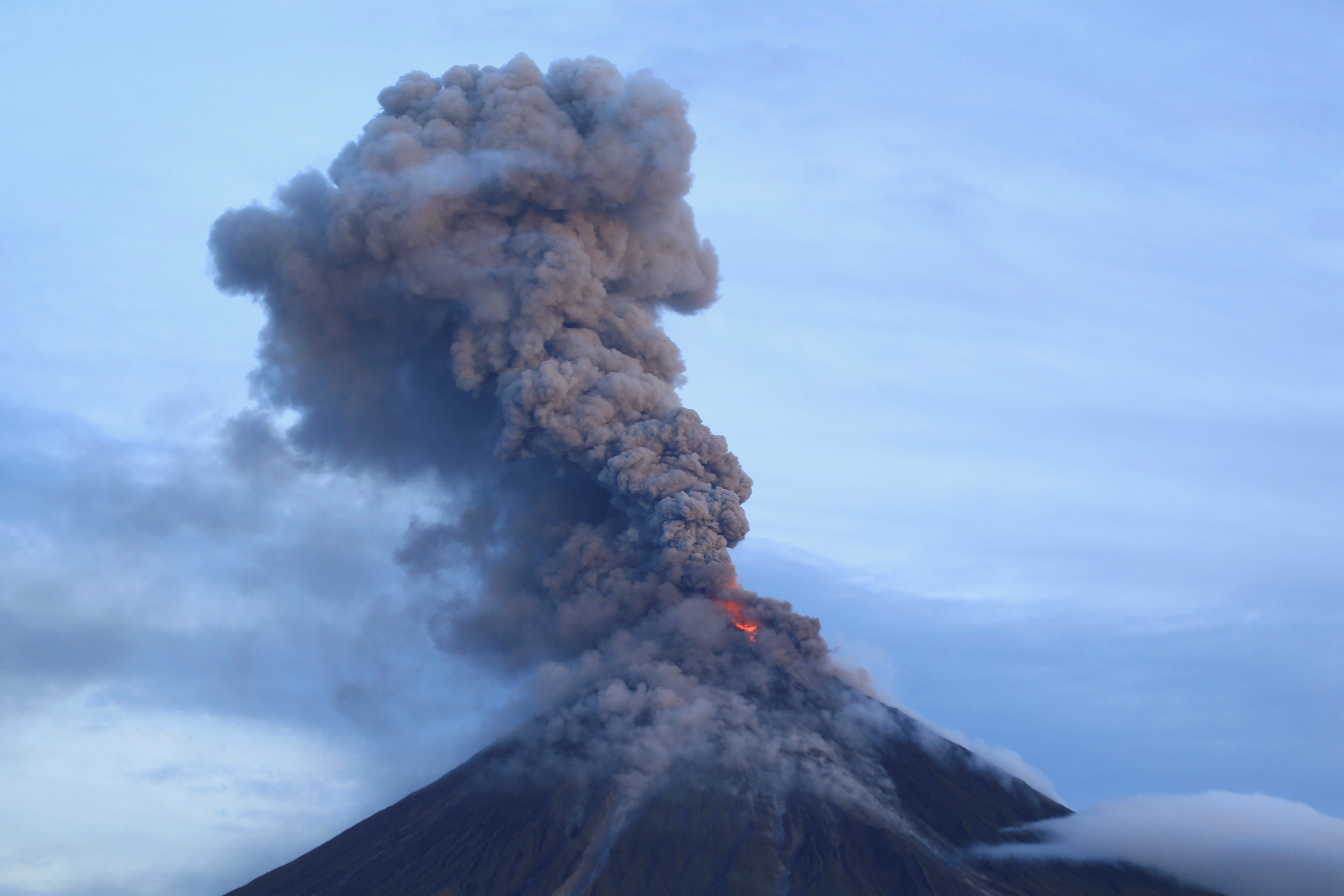 جانب من ثوران بركان مايون
