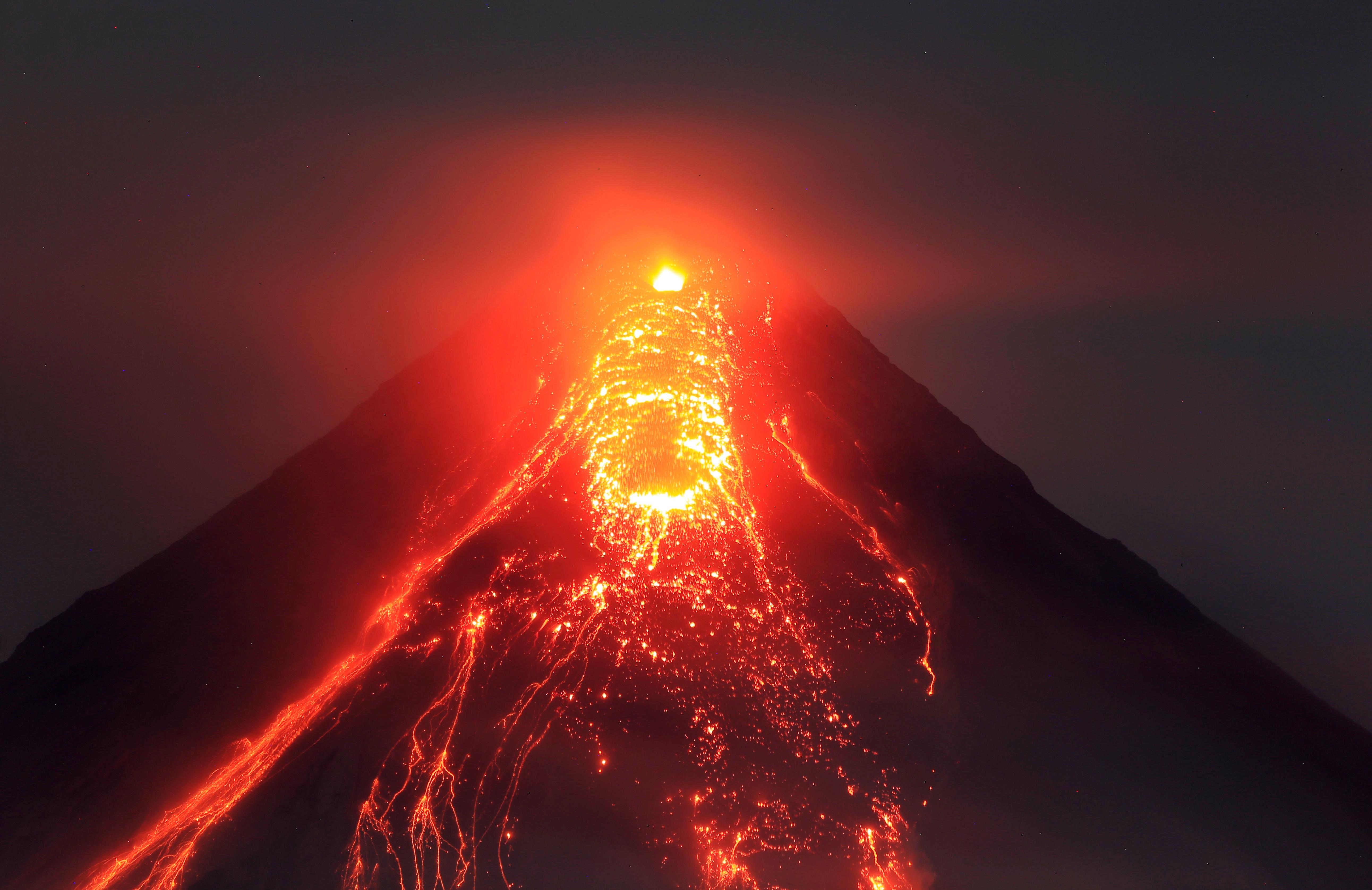 بركان الفلبين يعلن عن غضبه