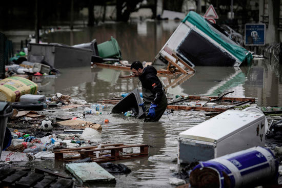 باريس تغرق فى الفيضانات وإجلاء المئات من منازلهم 59805-غرق-البيوت.jpg