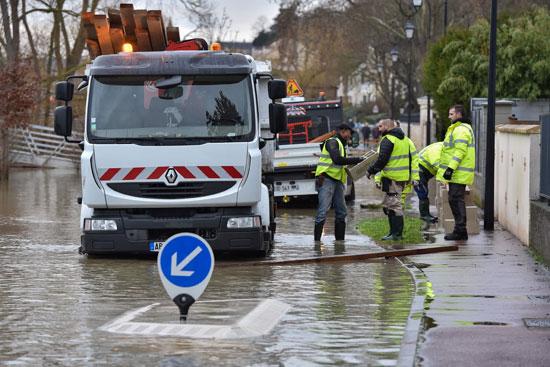 باريس تغرق فى الفيضانات وإجلاء المئات من منازلهم 67858-محاولات-شفط-ال