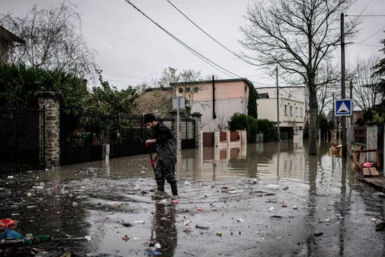 باريس تغرق فى الفيضانات وإجلاء المئات من منازلهم 72067-محاولات-إزالة-