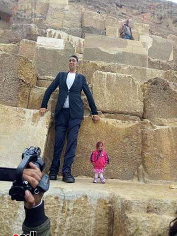 أطول رجل وأقصر امرأة بالعالم (8)