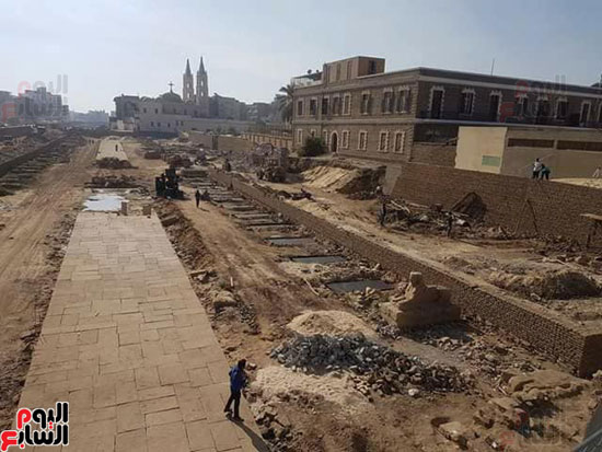 العمال ينتشرون بمختلف أنحاء طريق الكباش الفرعونى
