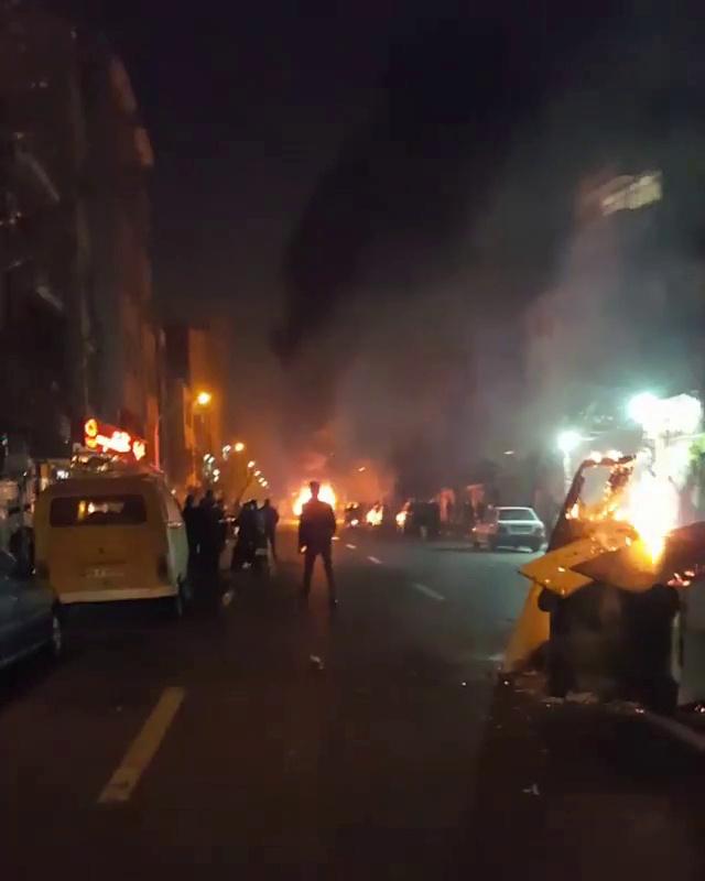 105648-المحتجون-يشعلون-النار