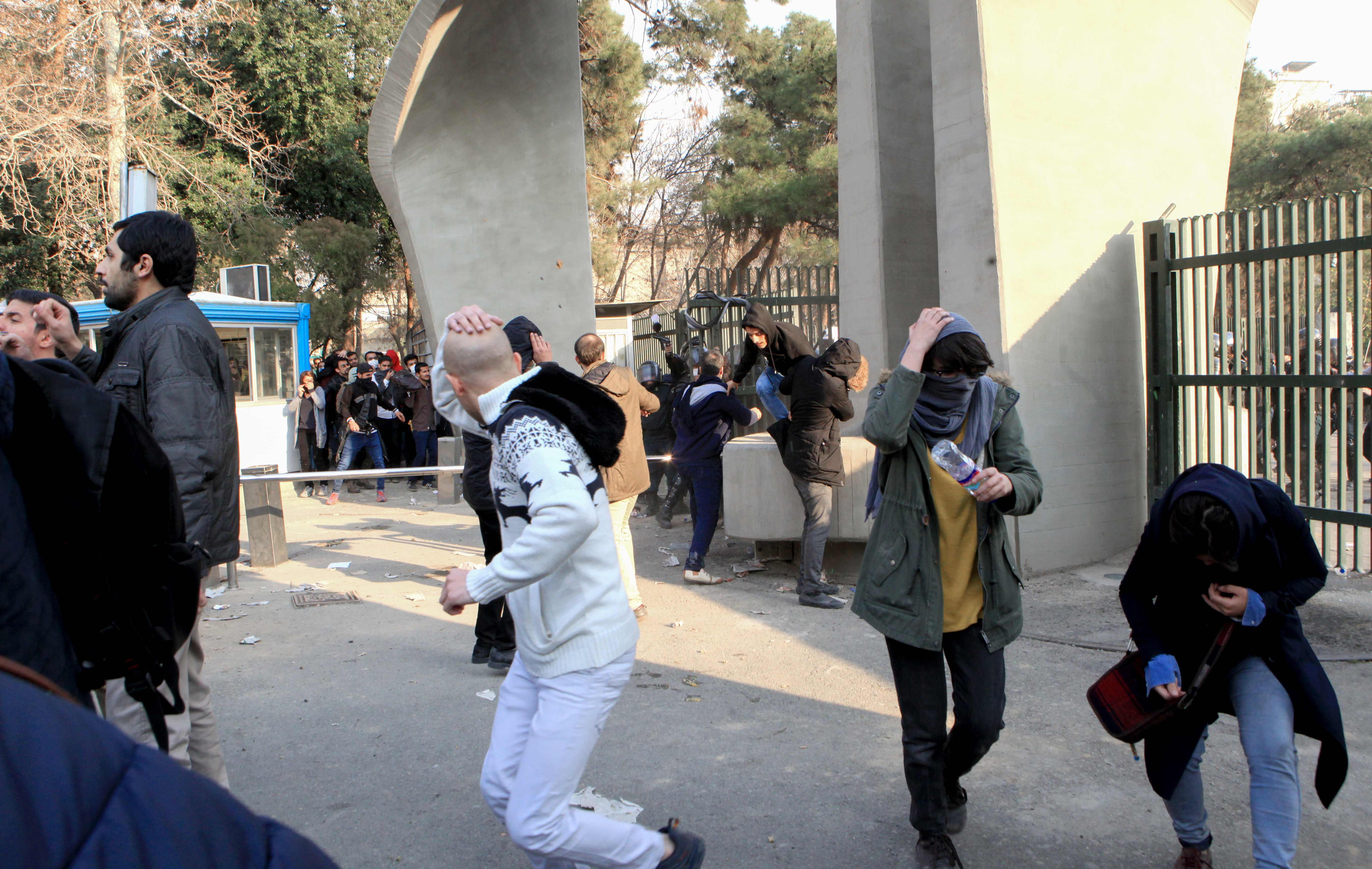 1190357-مواجهات-وعنف-بين-الشرطة-والمحتجين-فى-ايرام