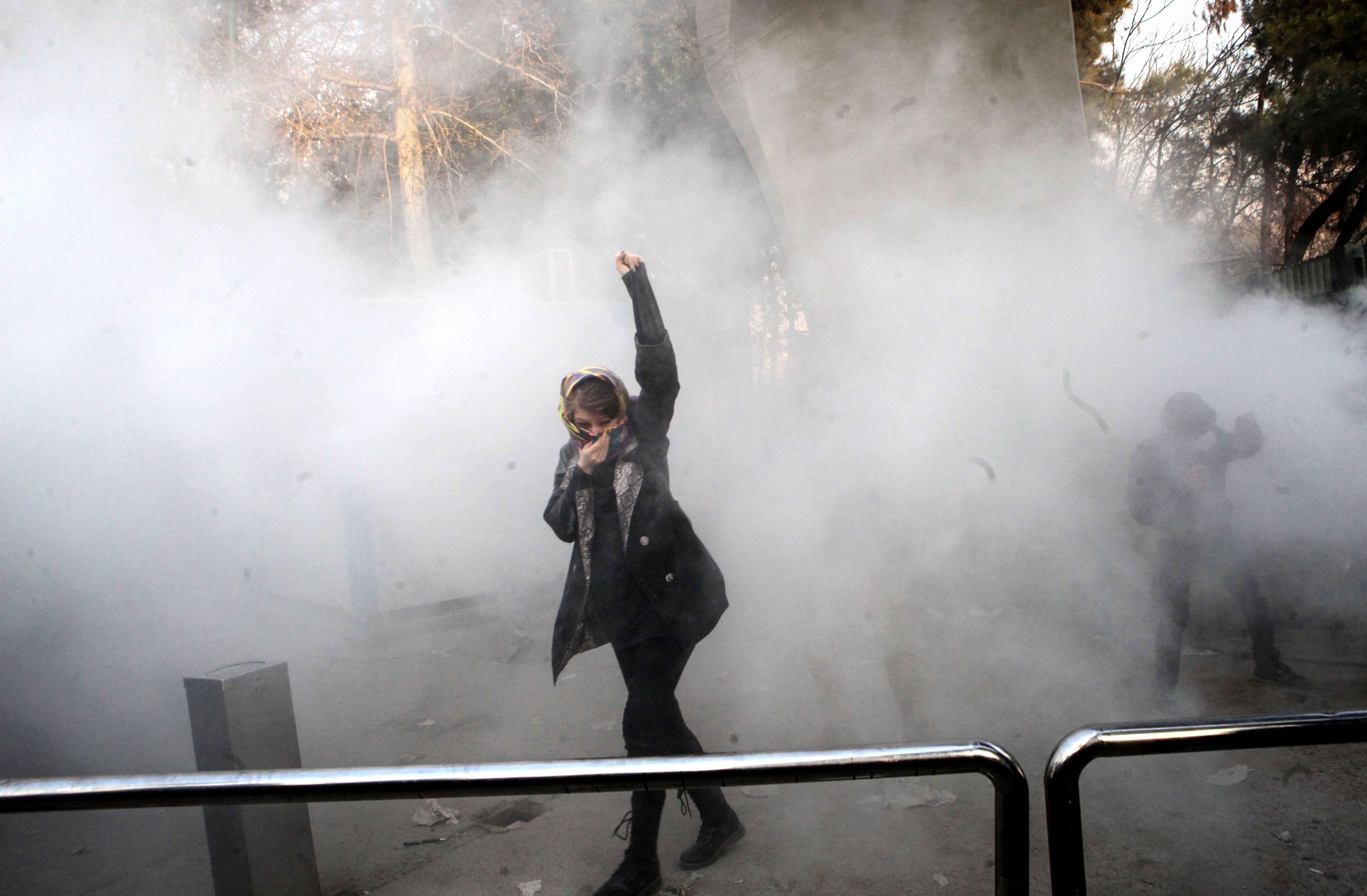 1242716-سيدة-ايرانية-تتحدى-الغاز-المسيل-للدموع