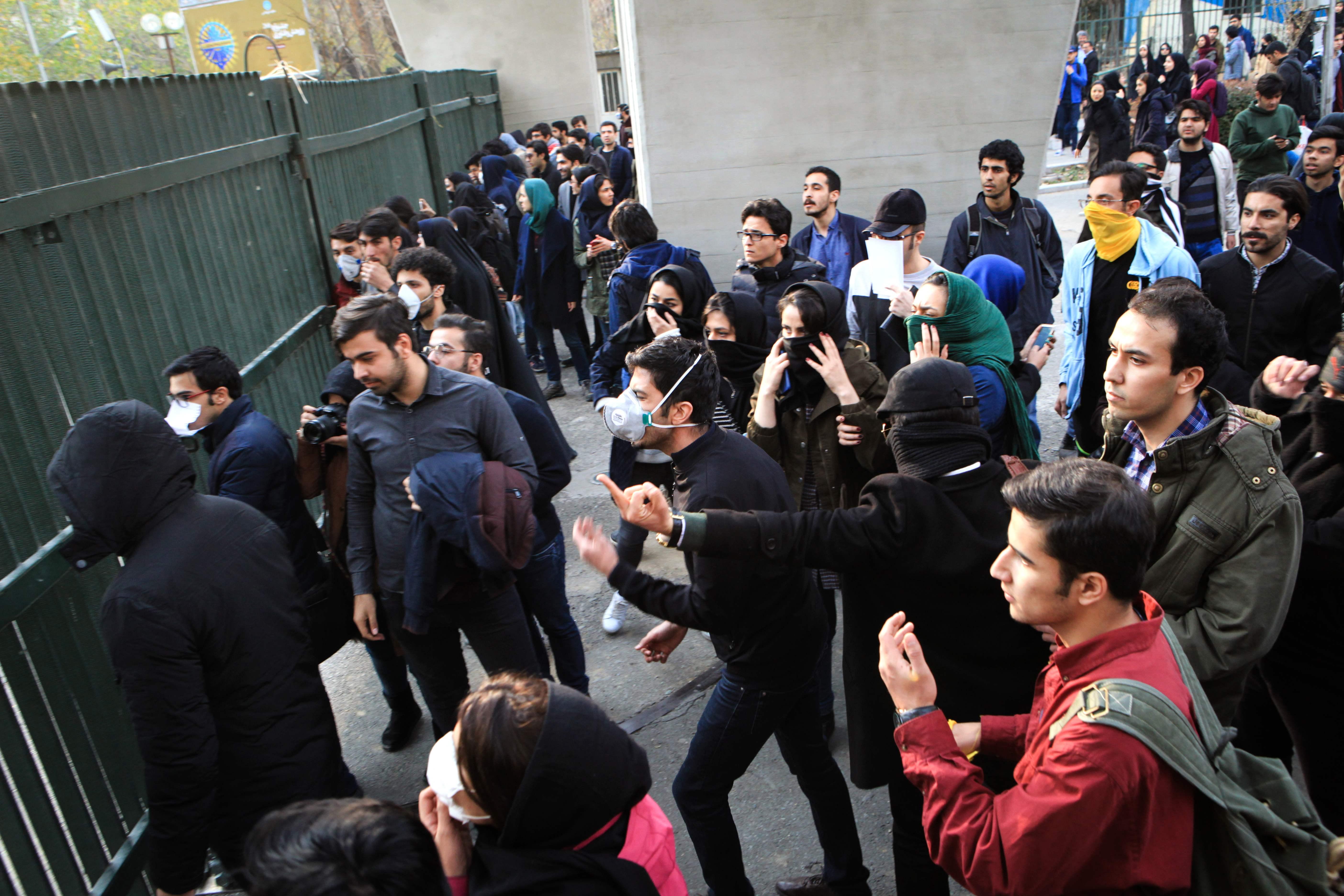 1255642-المتظاهرون-يواجهون-قوات-الشرطة-الايرانية