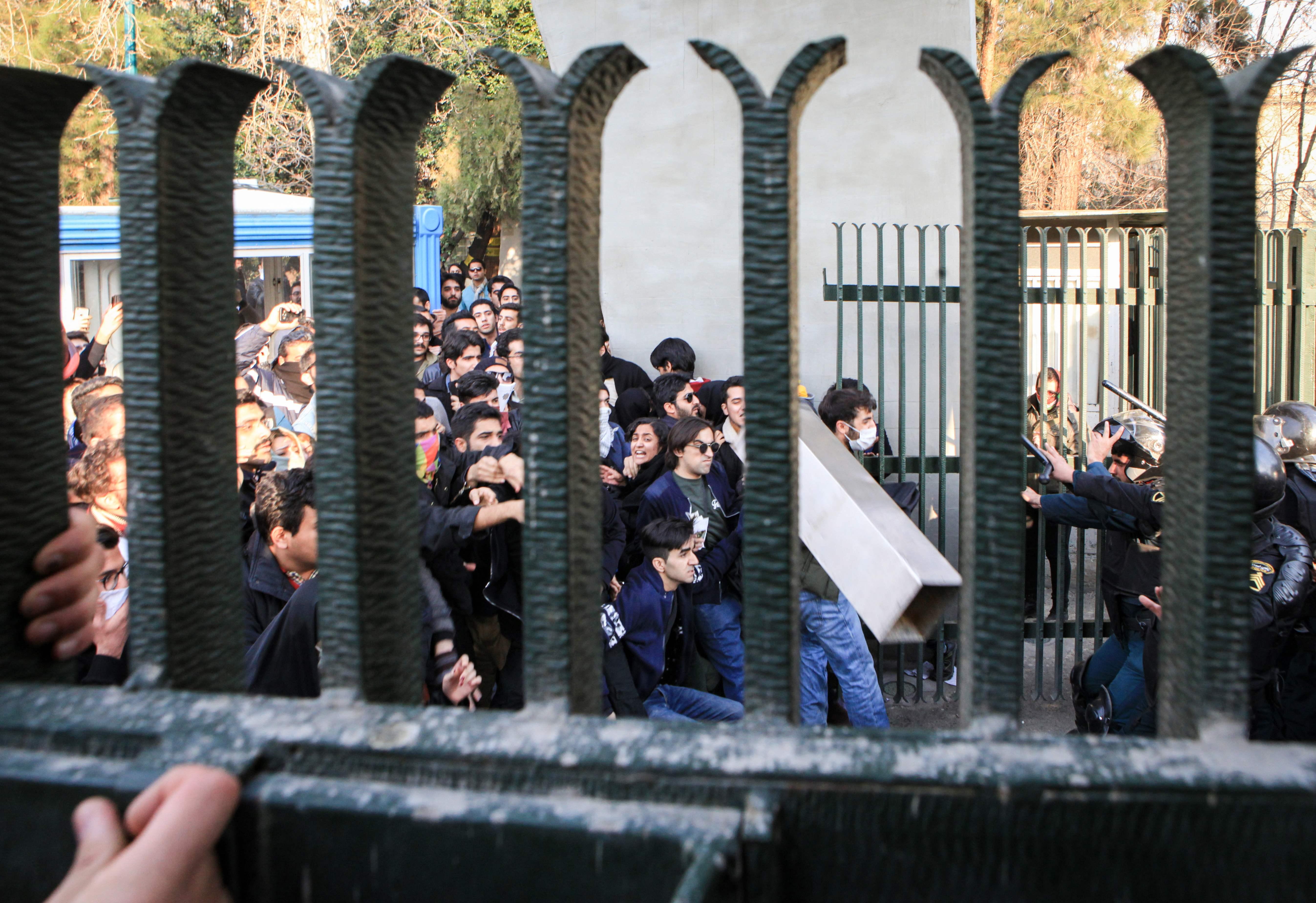 1396150-مواجهات-ساخنة-بين-الشرطة-الإيرانية-ومجتجين