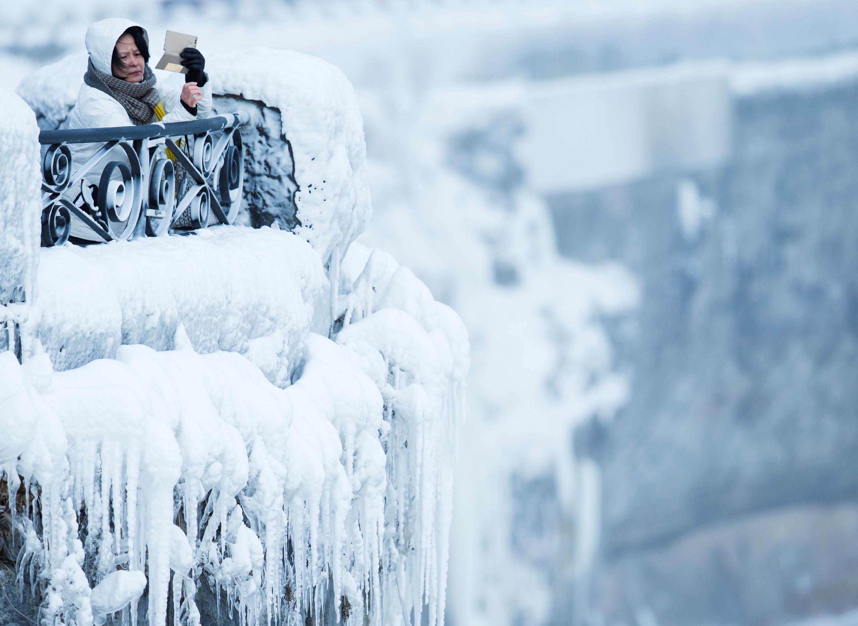 سيدة تشاهد منظر الجليد