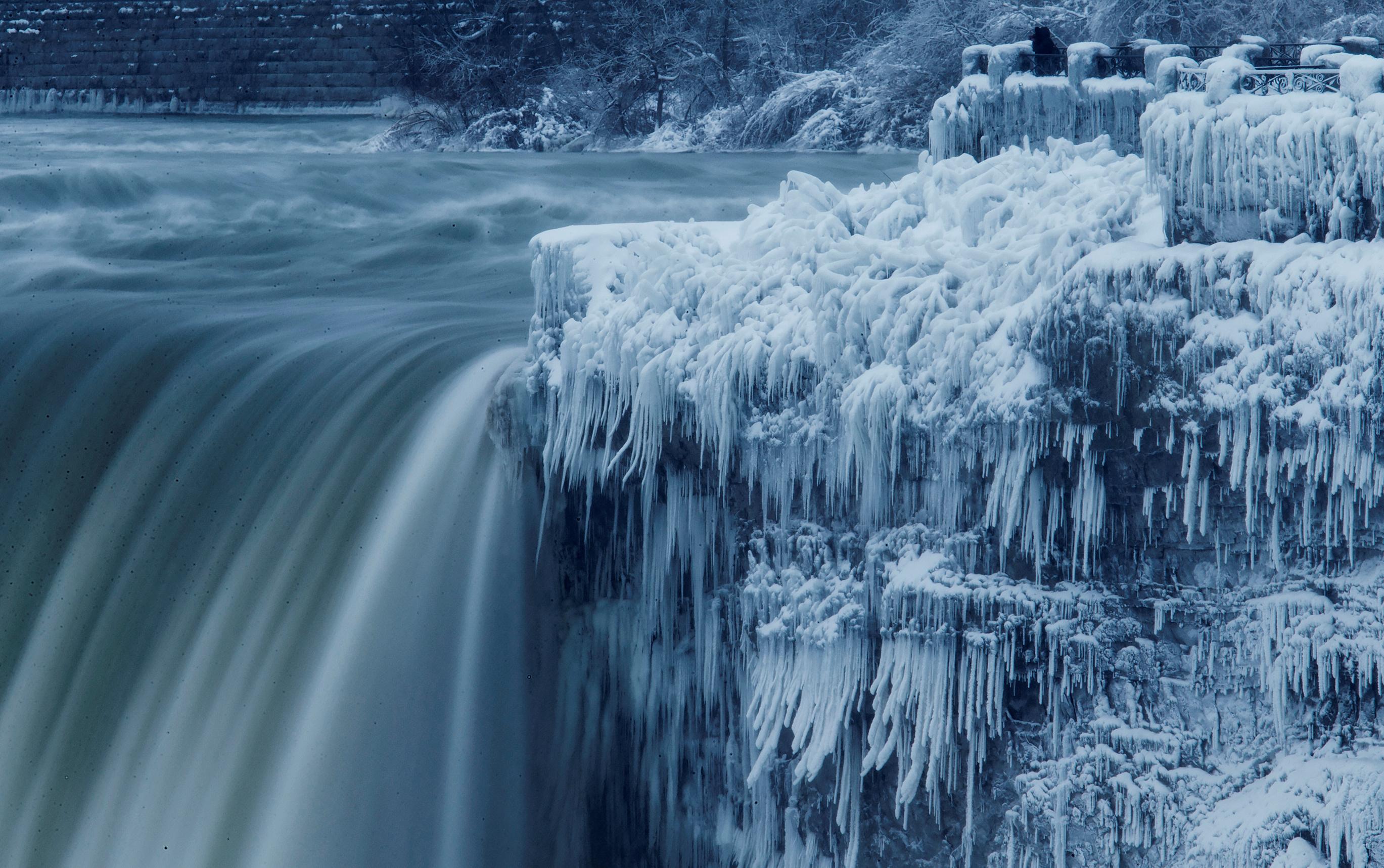 تجمد مياه الأنهار والشلالات