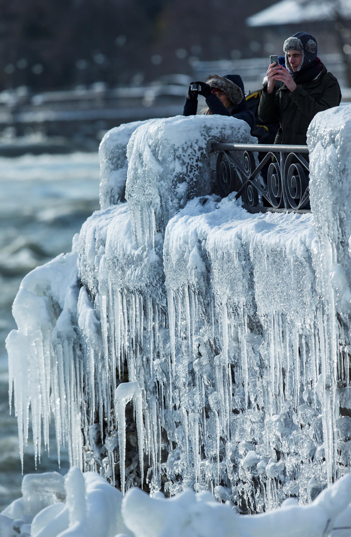 الأهالي يشاهدون الثلوج