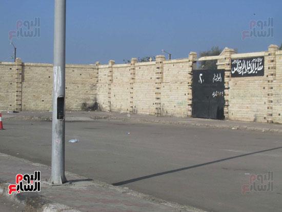 أحد الأعمد العارية بالقرب من مدخل مقابر الأقباط الأرثوذكس