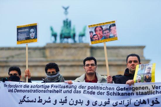 48741-صور-عواصم-العالم-تنتفض-لدعم-ثورة-الفقراء-فى-إيران-(4)