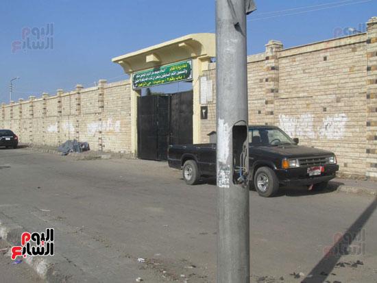 """عمود بنهر الطريق بالقرب من مدخل باب """"2"""" للمقابر"""