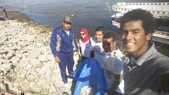 سيلفى مبادرة شباب الأقصر لتنظيف النيل